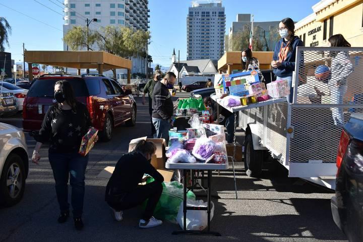 """Alrededor de 500 juguetes fueorn entregados a niños del sur de Nevada gracias al evento """"Posad ..."""