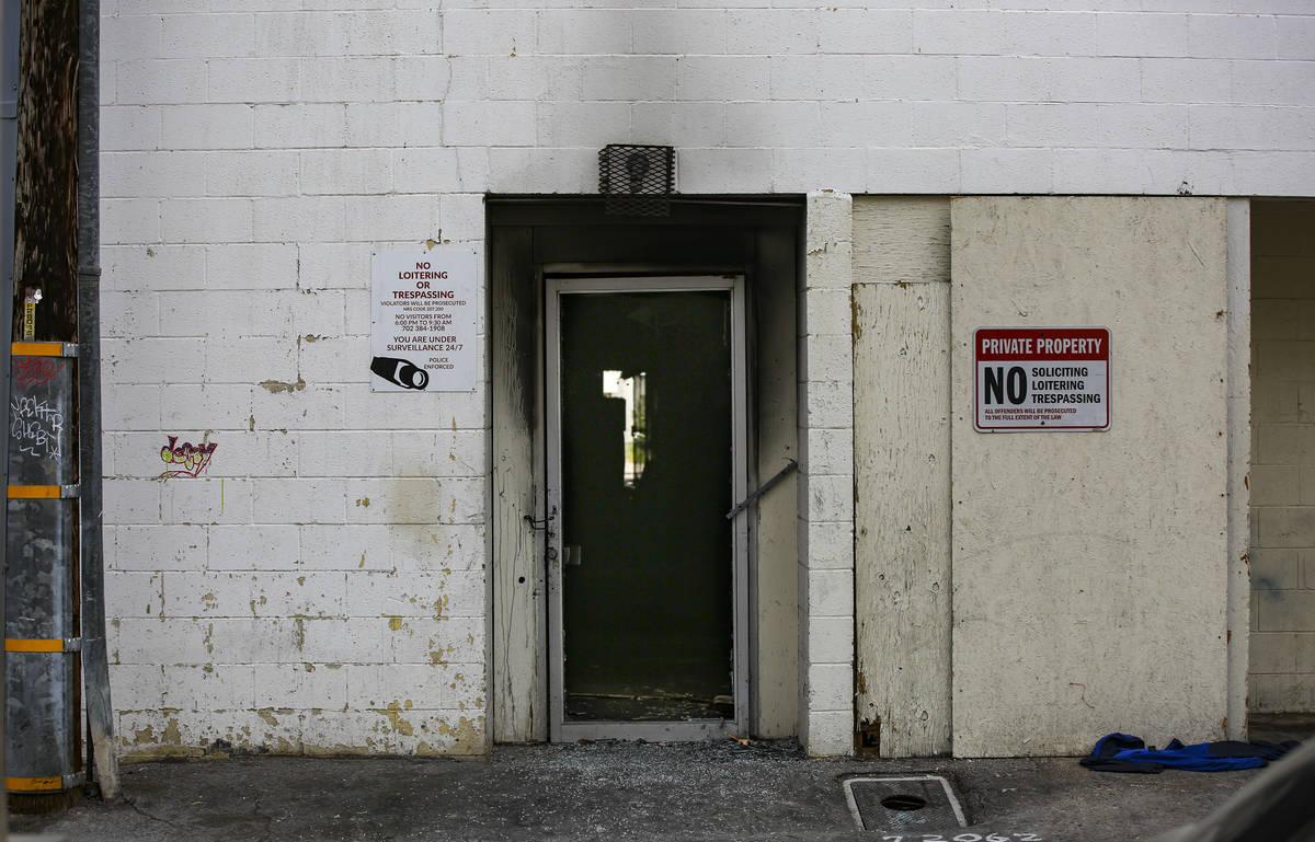 La entrada trasera de los Alpine Motel Apartments después de que un incendio dejara seis muert ...