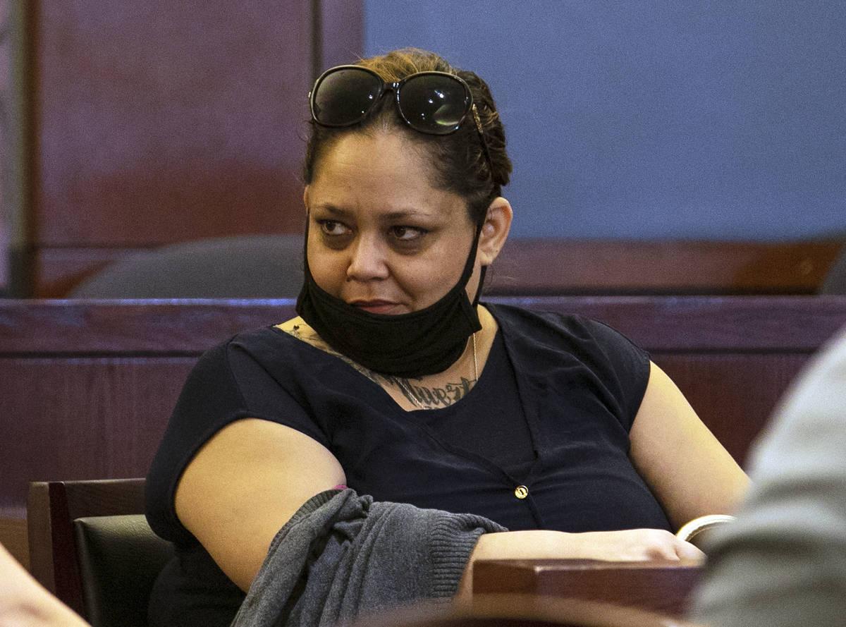Malinda Mier, co-acusada en el incendio de los Alpine Apartments, comparece en el tribunal dura ...