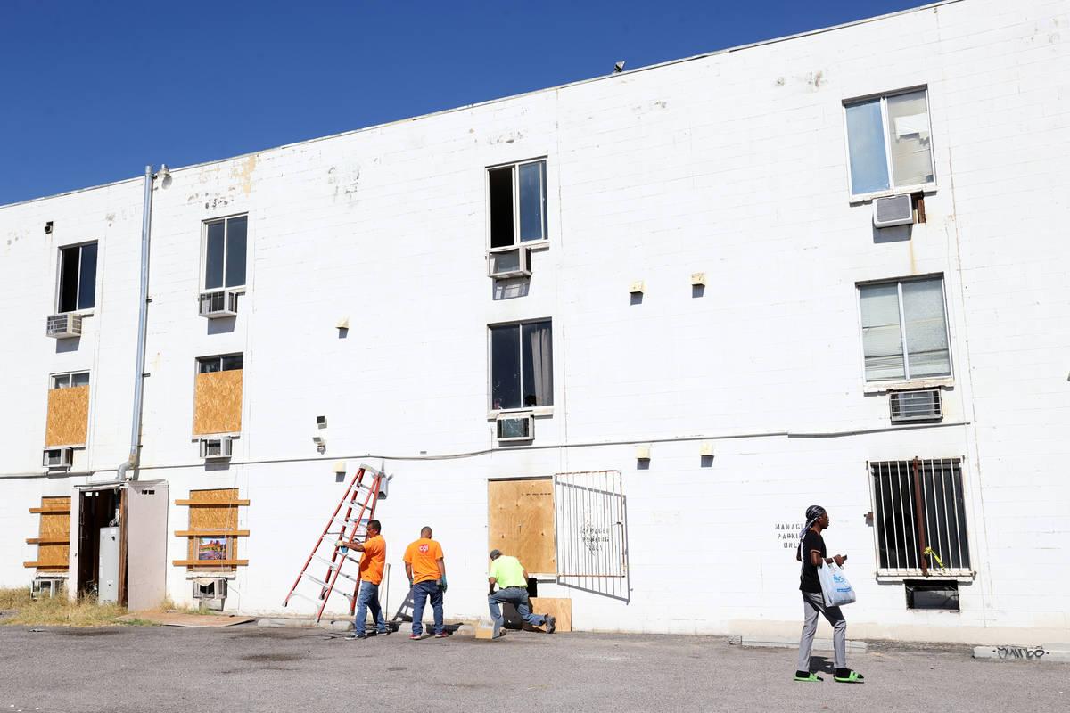 Trabajadores tapan con tablas las ventanas de los Alpine Motel Apartments en el centro de Las V ...
