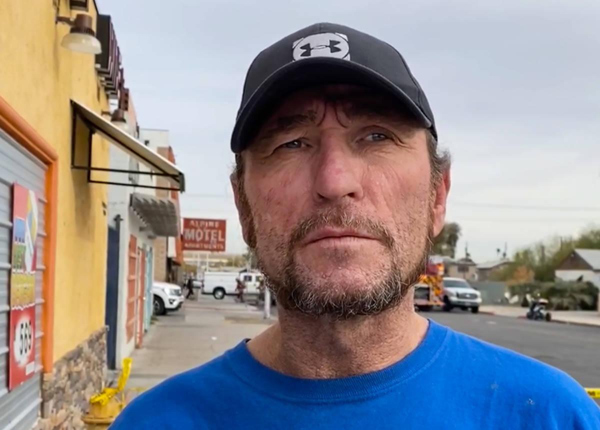 El sobreviviente del incendio de los Alpine Motel Apartments, Floyd Guenther, habla durante una ...
