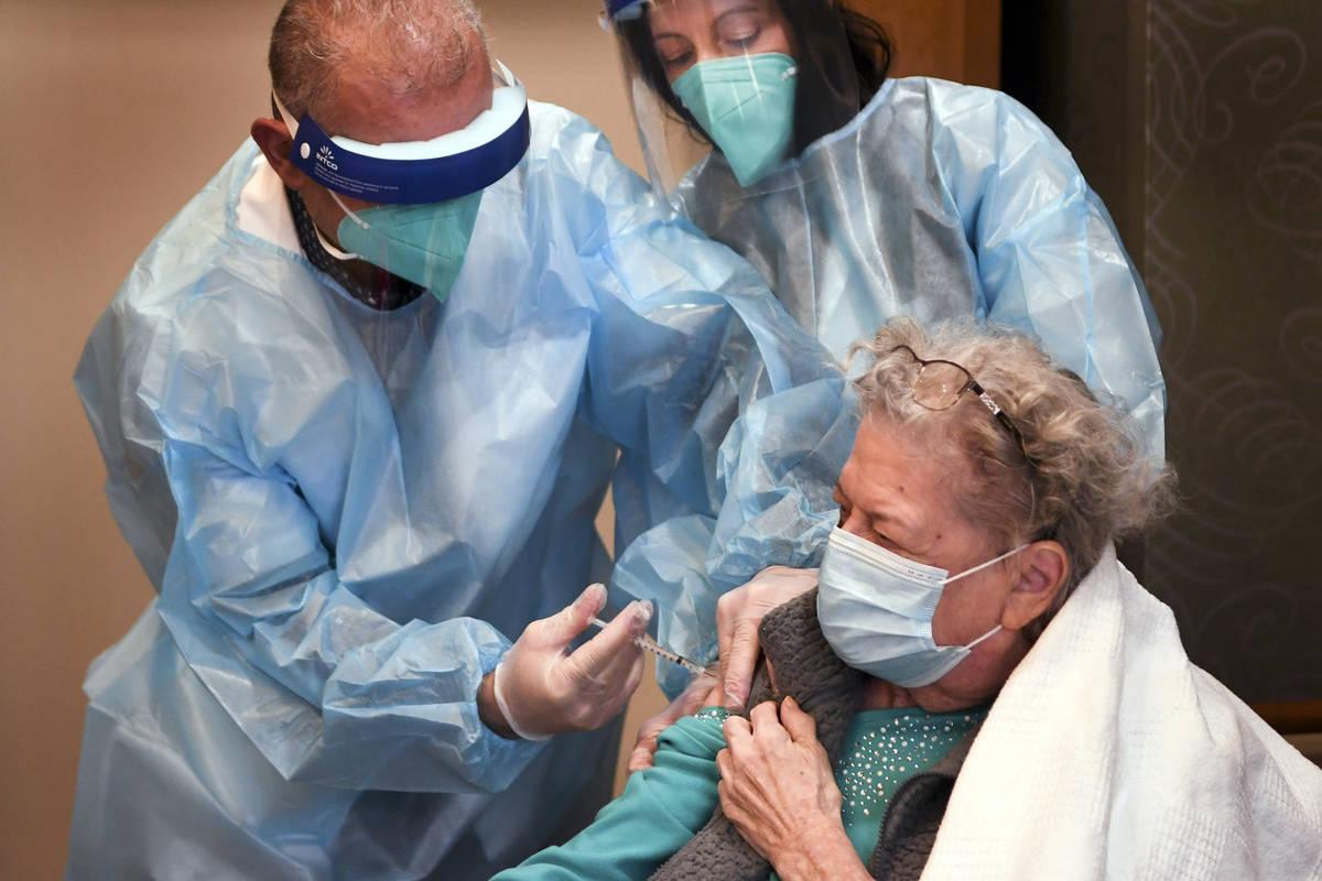 Margaret Dubois, de 87 años, residente en el centro de enfermería The Reservoir, recibió la ...