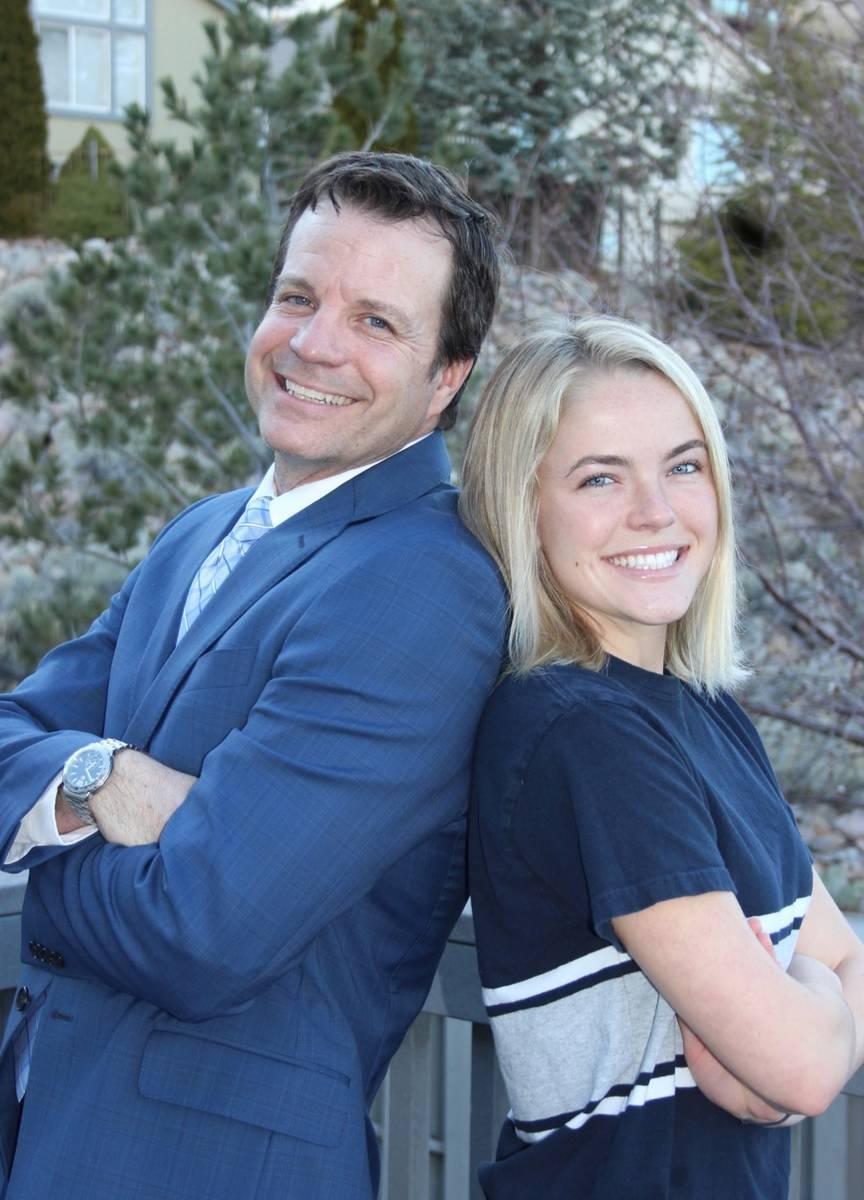 Steve Maples, director de admisiones de la Universidad de Nevada, Reno, aparece en la foto con ...