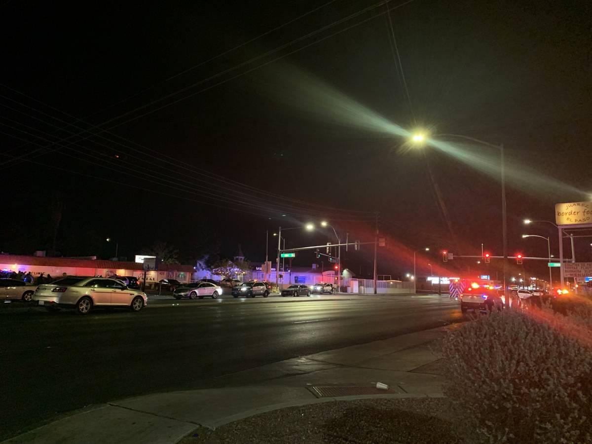 La policía de Las Vegas investiga un tiroteo el sábado, 19 de diciembre de 2020, en el centro ...