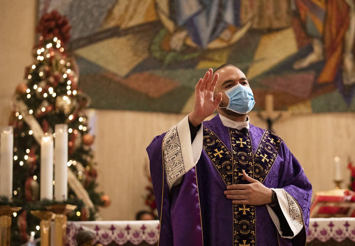 El padre Miguel Corral da un sermón en St. Anne's Catholic Church en Las Vegas el domingo, 20 ...