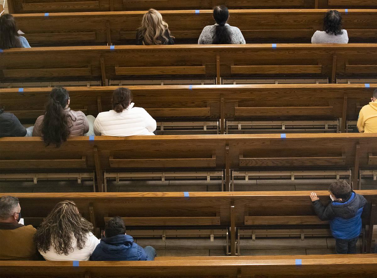 Misa en St. Anne's Catholic Church en Las Vegas el domingo, 20 de diciembre de 2020. Un tribuna ...