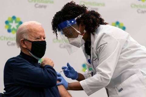 El presidente electo Joe Biden recibe su primera dosis de la vacuna contra el coronavirus en el ...