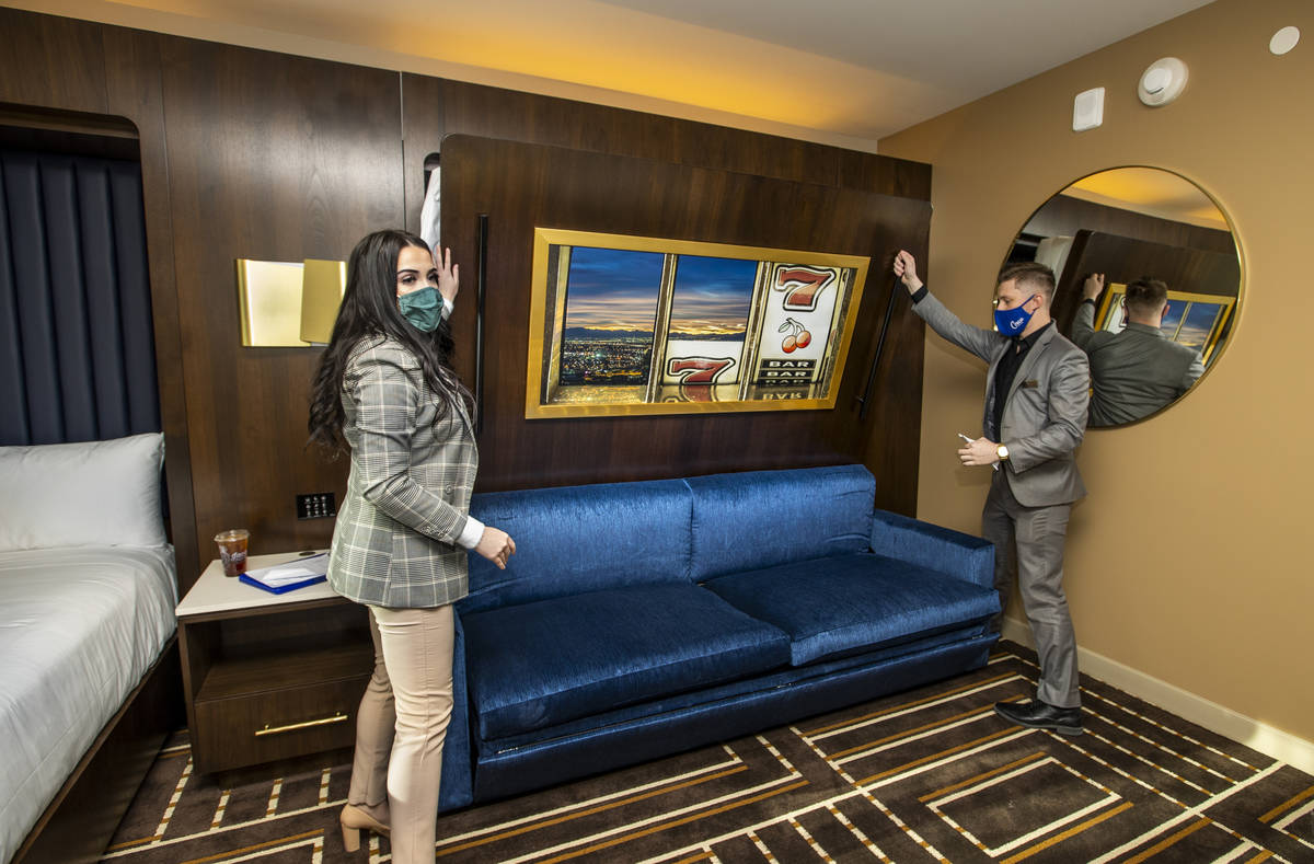 Alex Hurley de Media Relations, izquierda, y el supervisor del hotel, Trent Becker, bajan una c ...