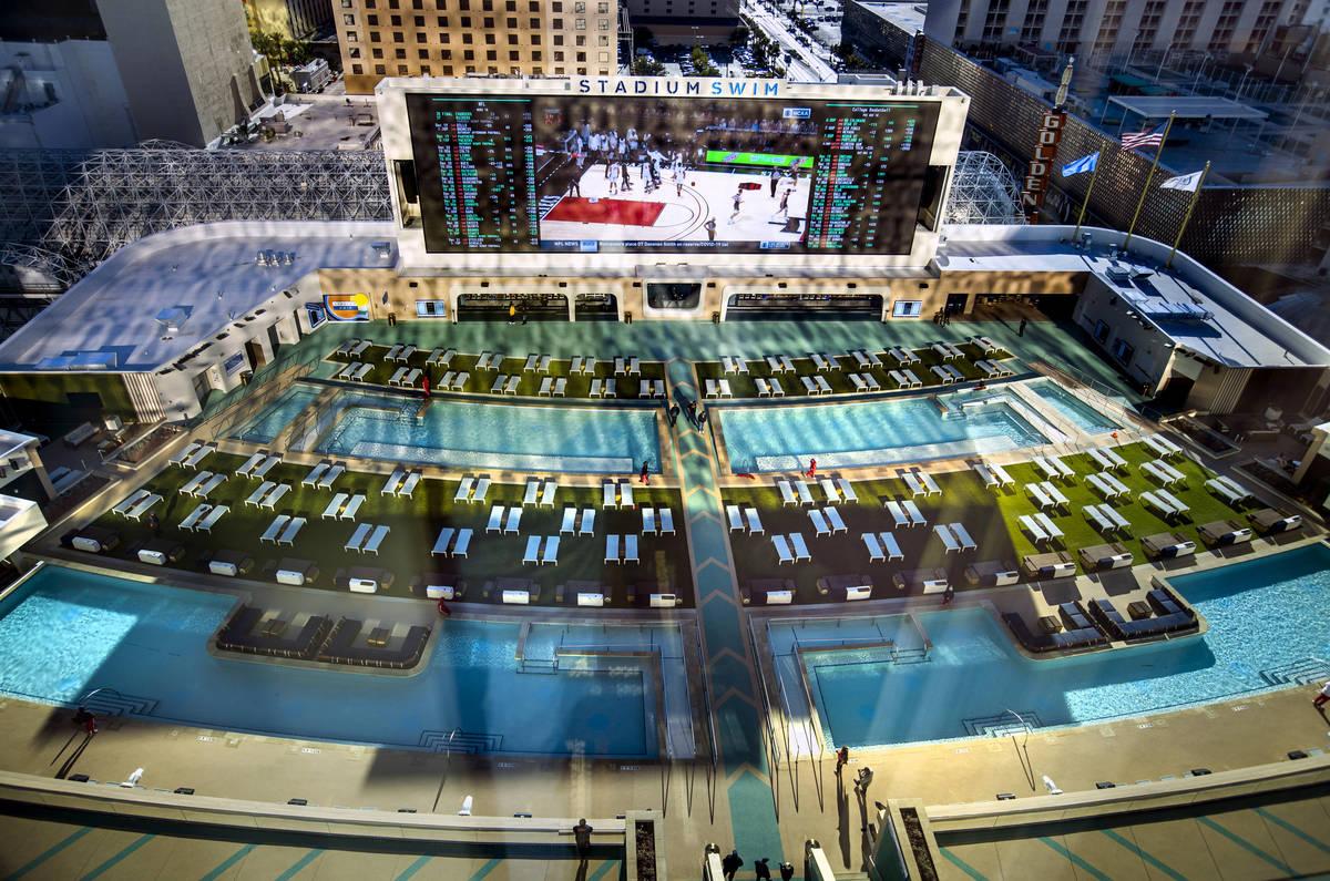 Vista de Stadium Swim desde arriba en una Suite Flex King en Circa el viernes, 18 de diciembre ...