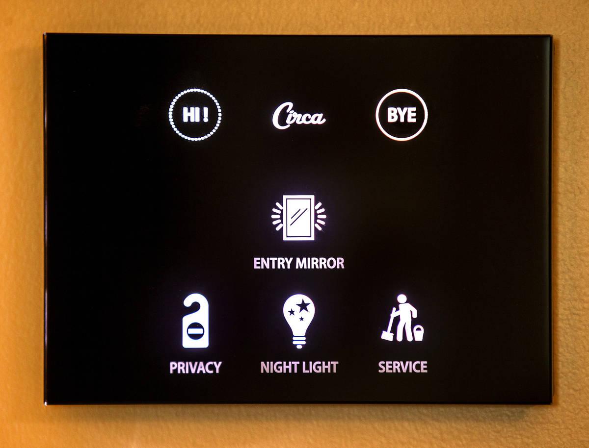 Un panel de control táctil en una de las muchas suites de Circa el viernes, 18 de diciembre de ...