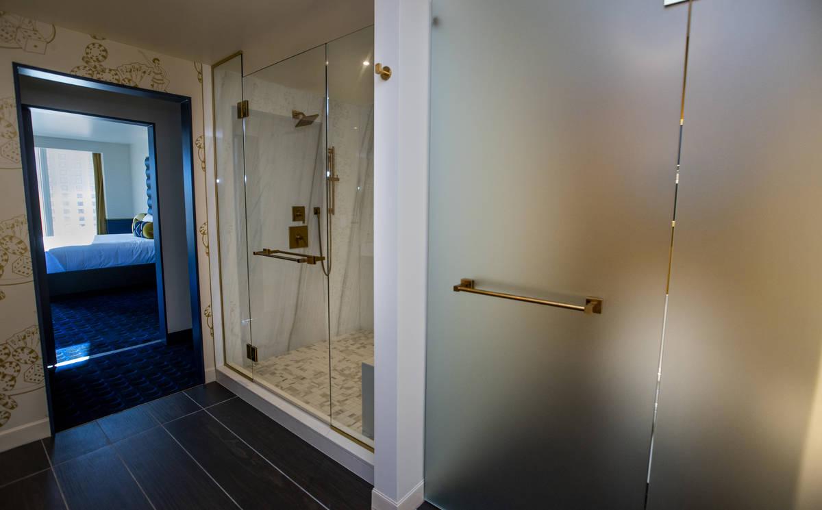 Un baño de vidrio esmerilado y una ducha como parte de los servicios de baño de la suite Circ ...