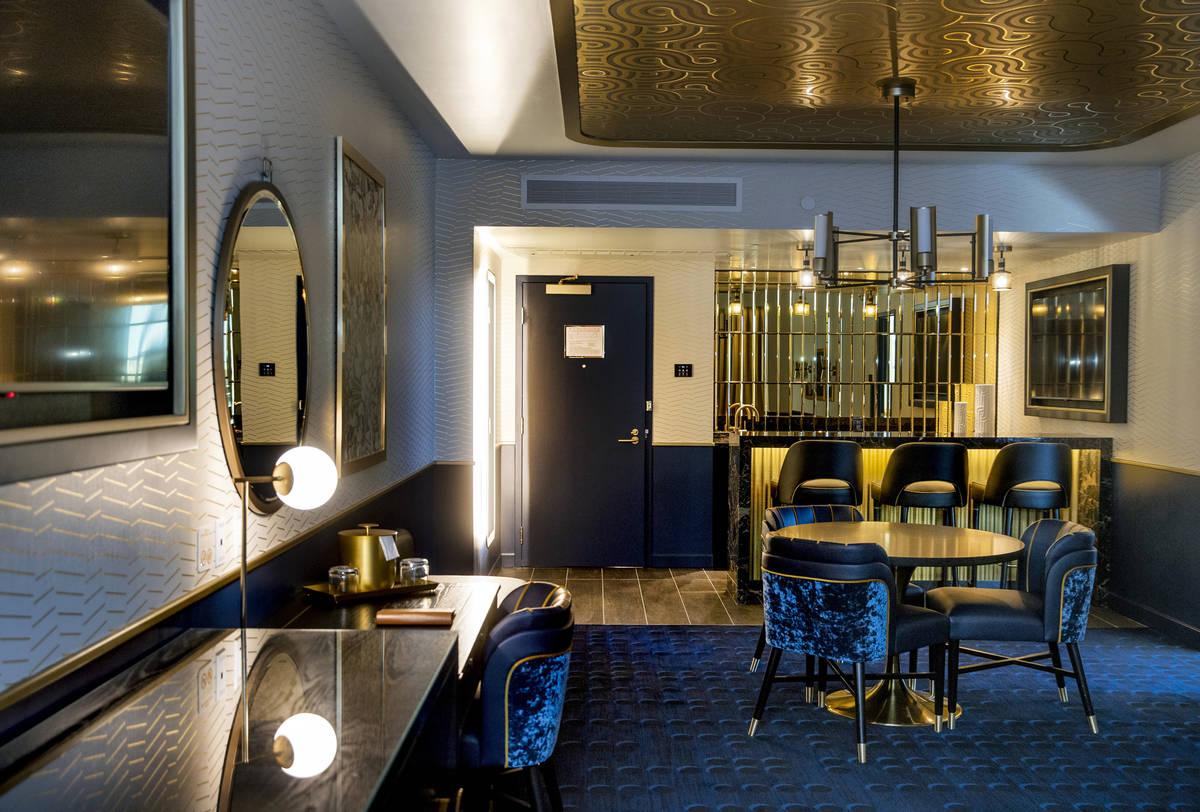 Un cómodo salón y un bar retro dentro de la suite Circa End en Circa el viernes, 18 de diciem ...