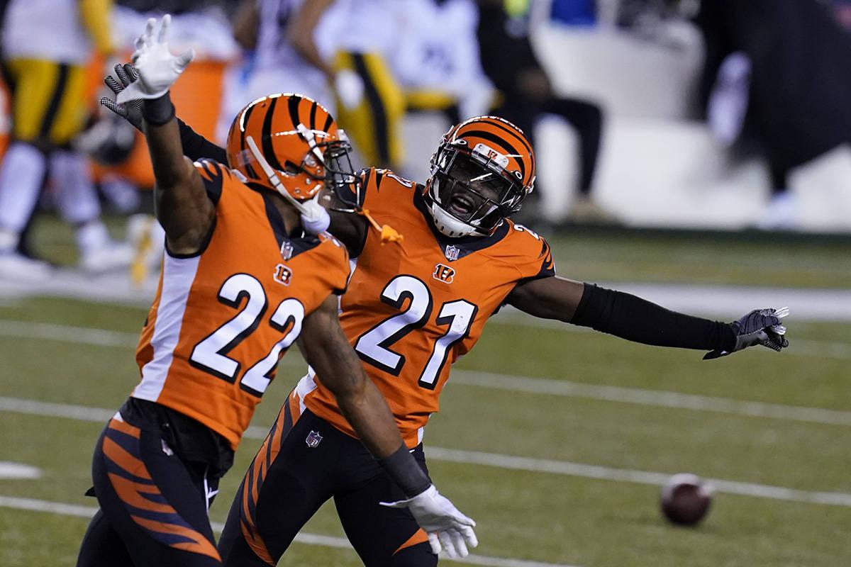 Mackensie Alexander (21) y William Jackson (22) de los Bengals de Cincinnati celebran después ...
