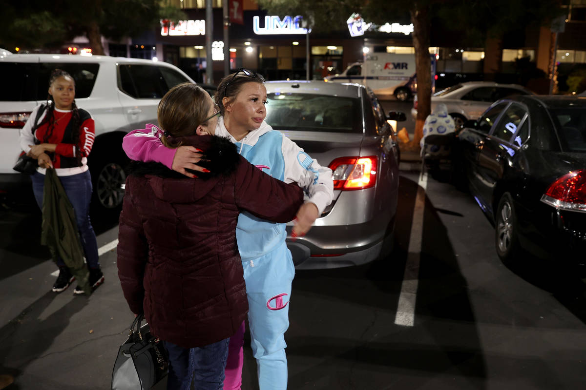 Unique Hairston, de 36 años, prima de Vinston Fortee Davis Jr., de 26, abraza a su madre Chris ...