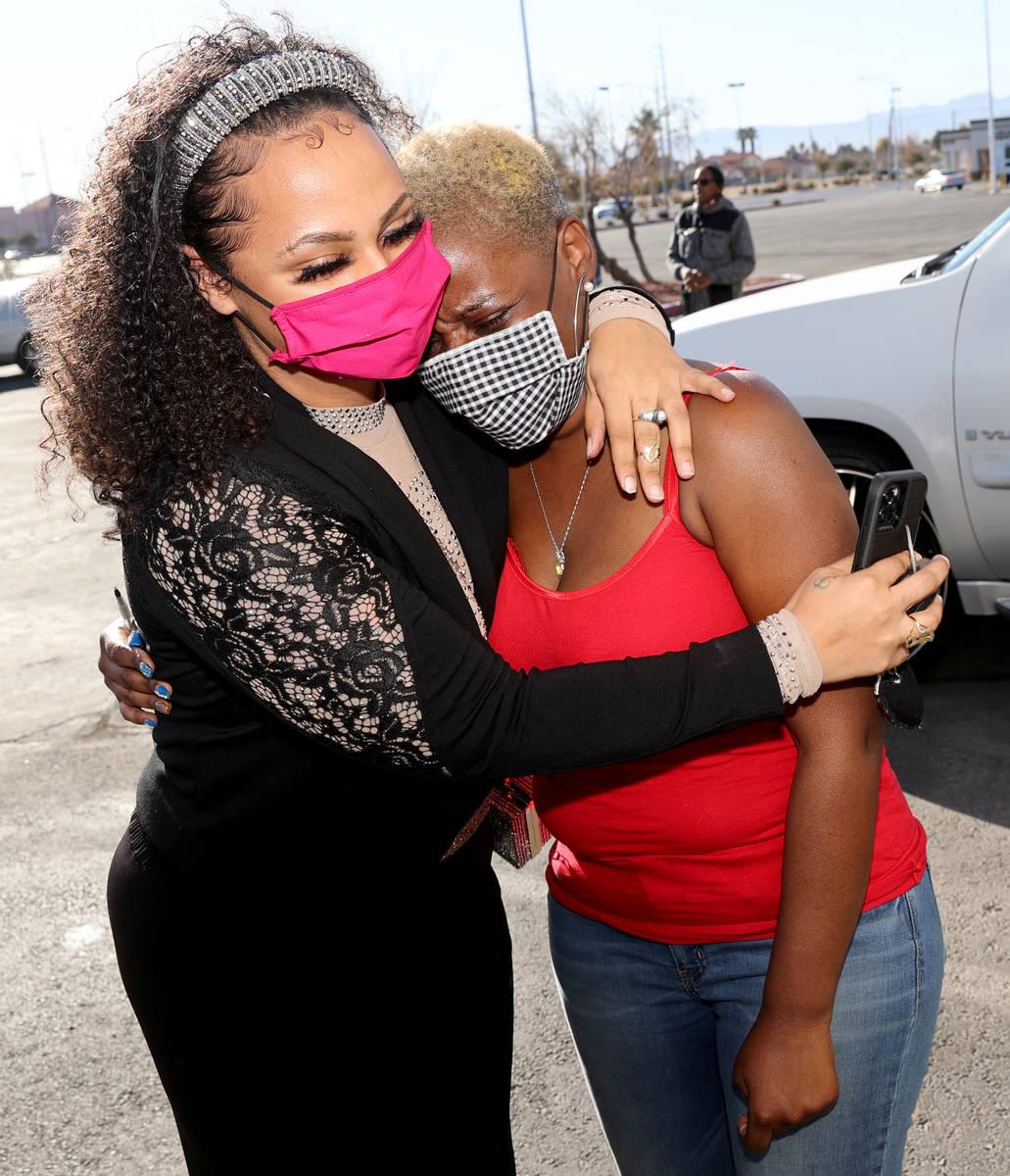Kenya Young, de 39 años, a la derecha, es consolada por su amiga Jazzmen Hicks durante la cole ...