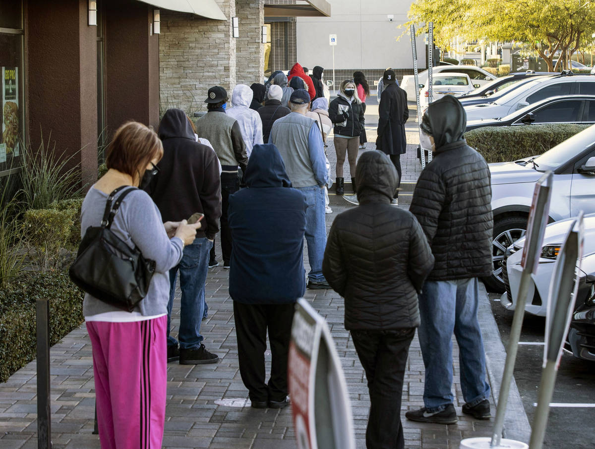 La gente hace fila afuera de CareNow Urgent Care en 7040 South Durango Drive, el martes, 22 de ...