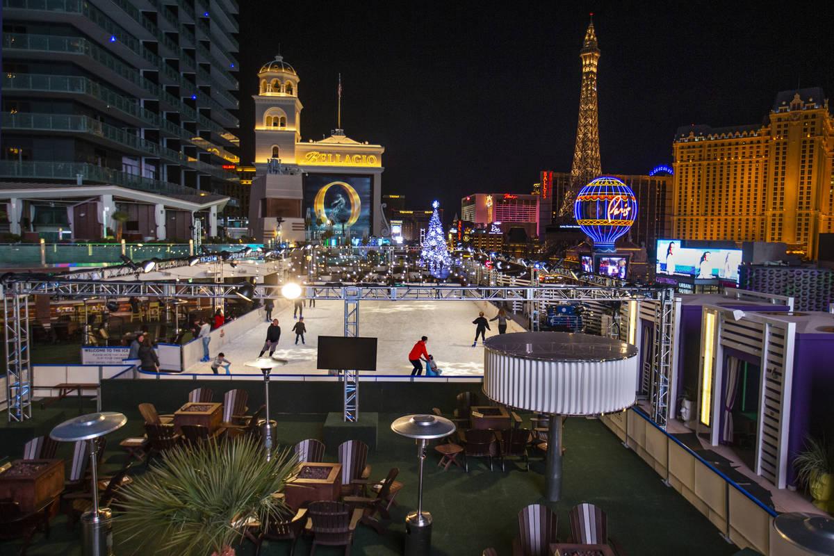 Gente disfruta de un poco de patinaje en la pista de hielo del Cosmopolitan de Las Vegas el lun ...