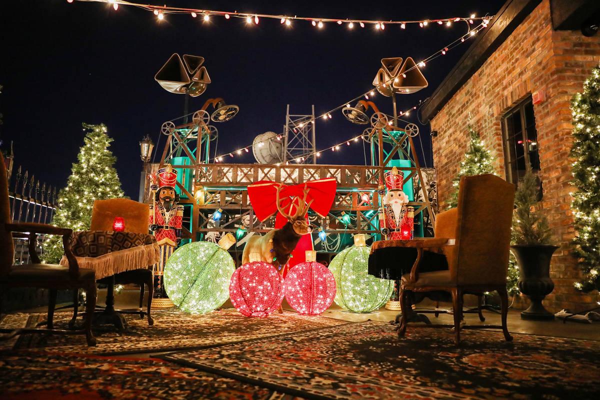 Decoraciones en exhibición en Commonwealth del centro de Las Vegas el miércoles, 25 de noviem ...