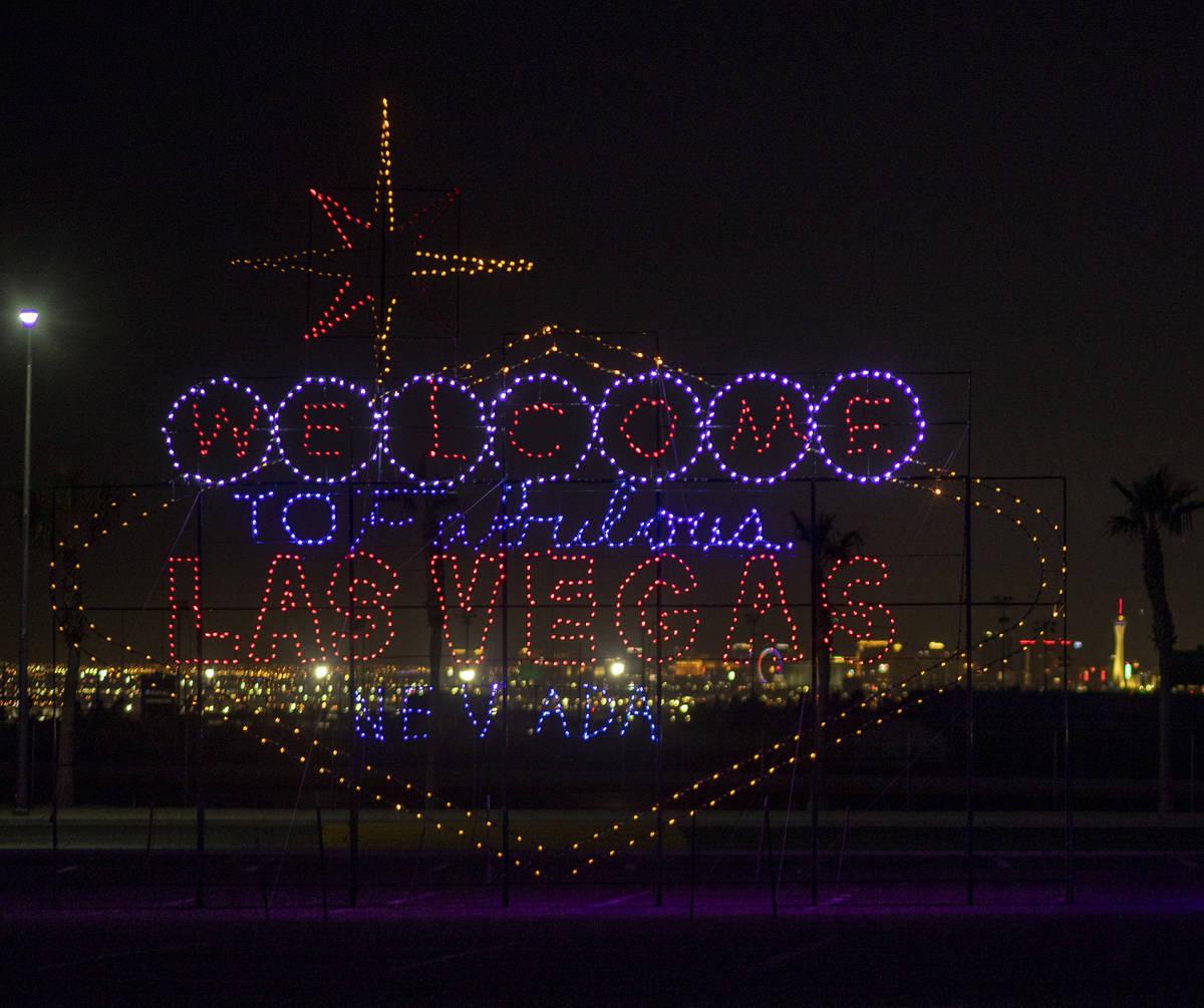 """Una exhibición de luces del letrero """"Fabulous Las Vegas"""" se ve durante un tour de Glittering L ..."""