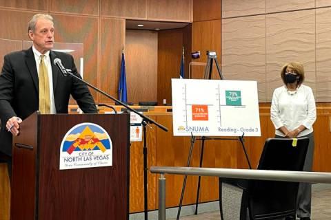 Durante una conferencia de prensa, el alcalde de North Las Vegas, John Lee, exhortó al CCSD a ...