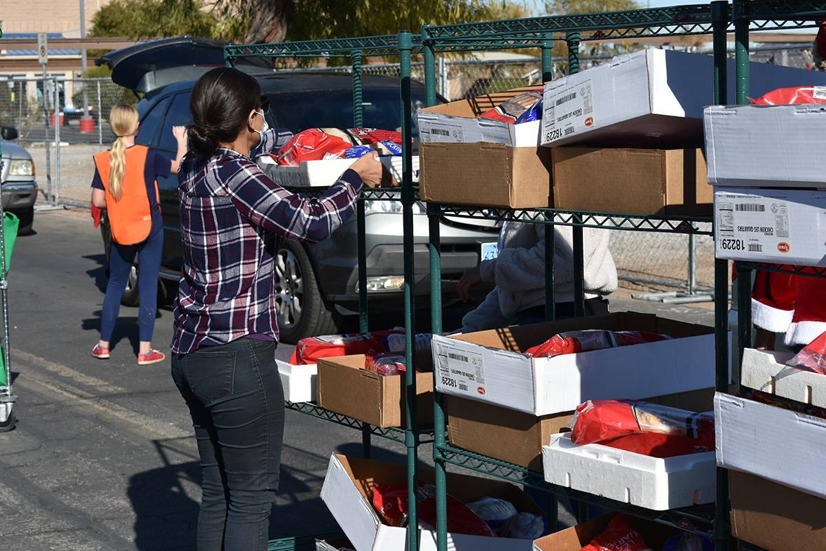 Arlene Álvarez acomoda paquetes de alimentos durante una feria de recursos comunitarios realiz ...