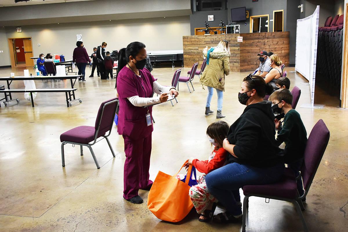 Una enfermera atiende a personas que acudieron a vacunarse contra la gripe durante una feria de ...