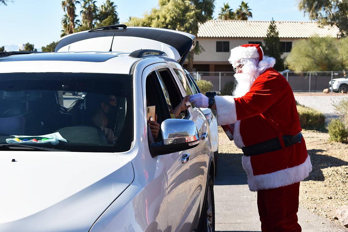 """""""Santa Claus"""" entregó jugetes a niños durante una feria de recursos comunitarios realizada en ..."""