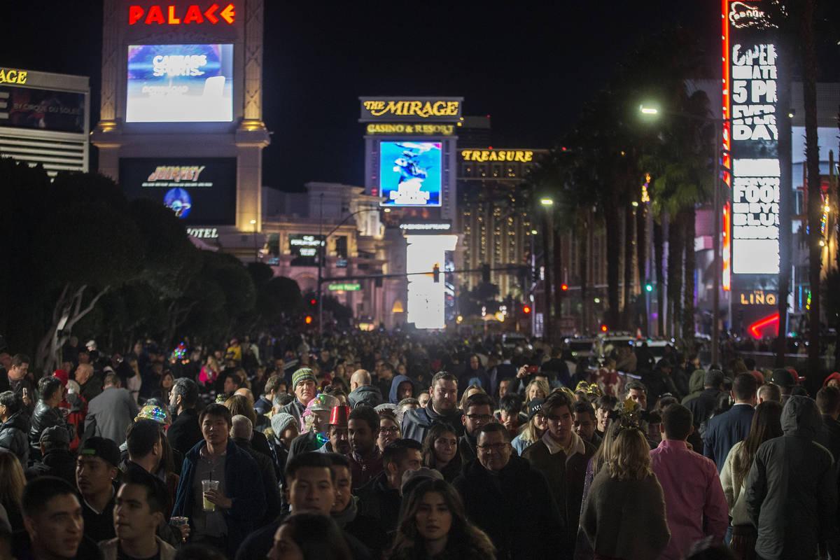 El Strip repleto de gente en Nochevieja el martes, 31 de diciembre de 2019, en Las Vegas. (Benj ...