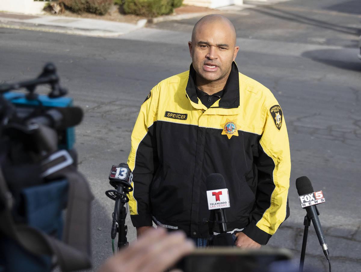 El teniente Ray Spencer del Departamento de Policía Metropolitana, se dirige a los medios con ...