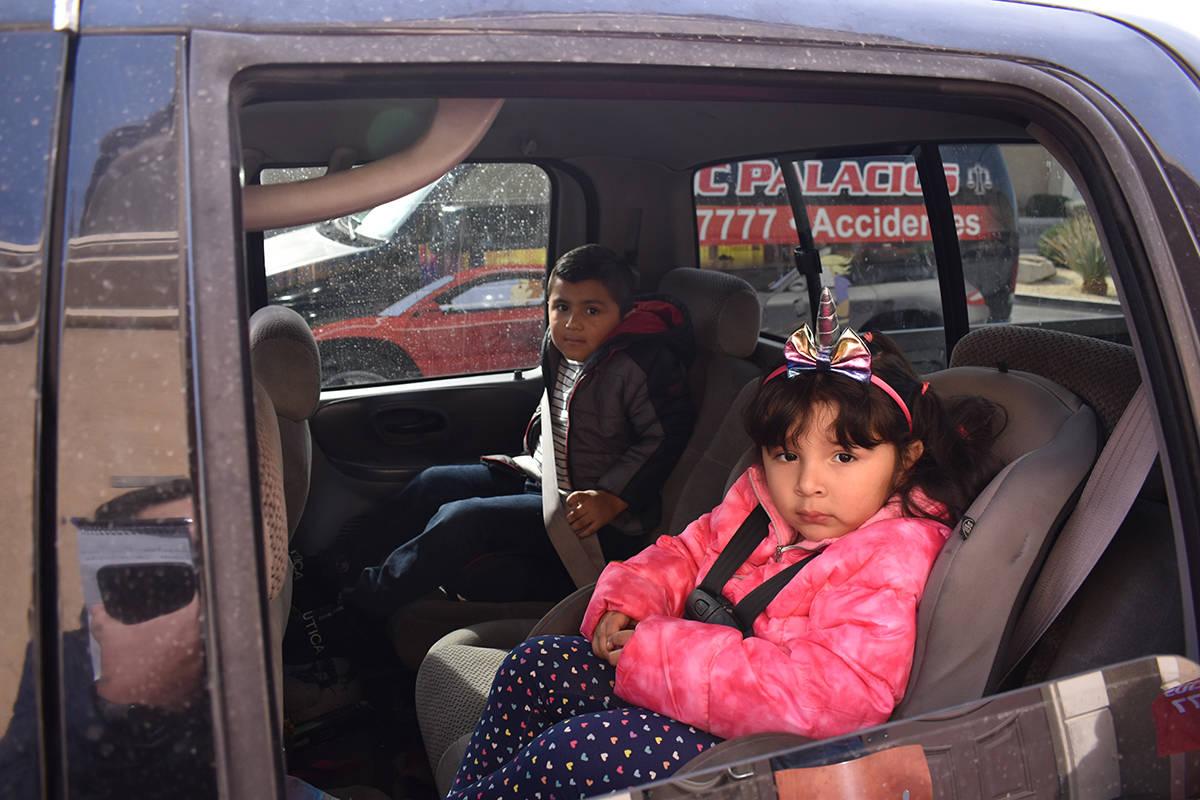 El Zapatón 2020 fue cortesía del abogado Eric Palacios. En la foto los padres de los niños R ...