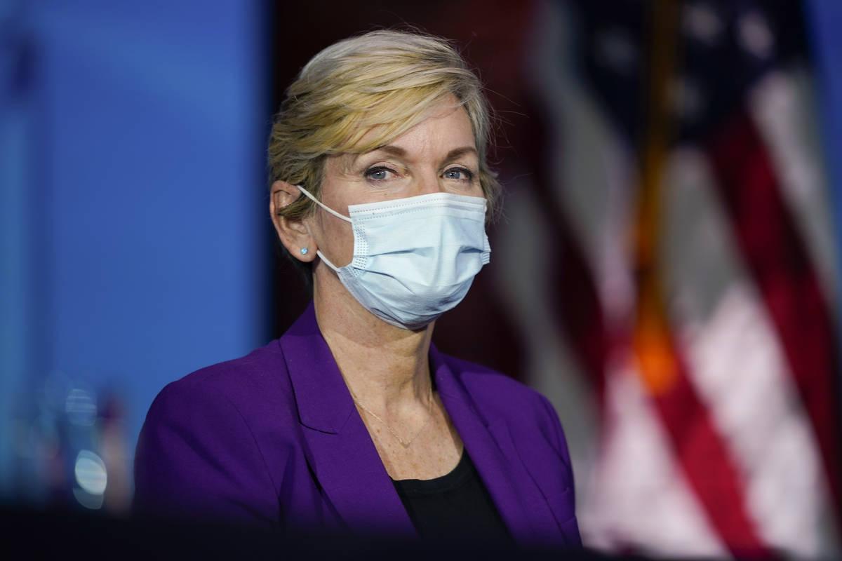 La ex gobernadora de Michigan, Jennifer Granholm, escucha cómo el presidente electo Joe Biden ...