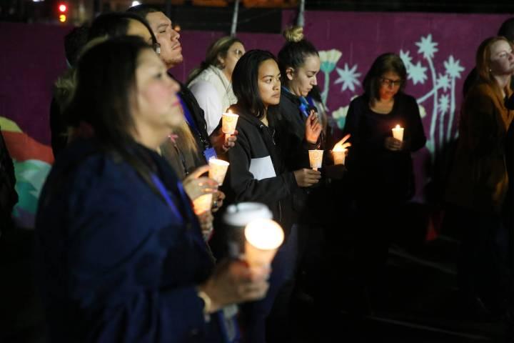 Gente asiste a una vigilia a la luz de las velas para conmemorar a los indigentes de Las Vegas ...