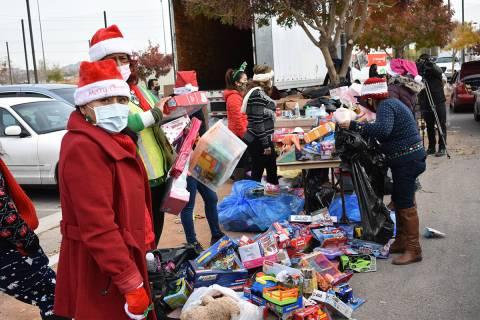 Más de 1,500 familias recibieron alimentos y juguetes como regalo de Navidad, lo cual fue posi ...
