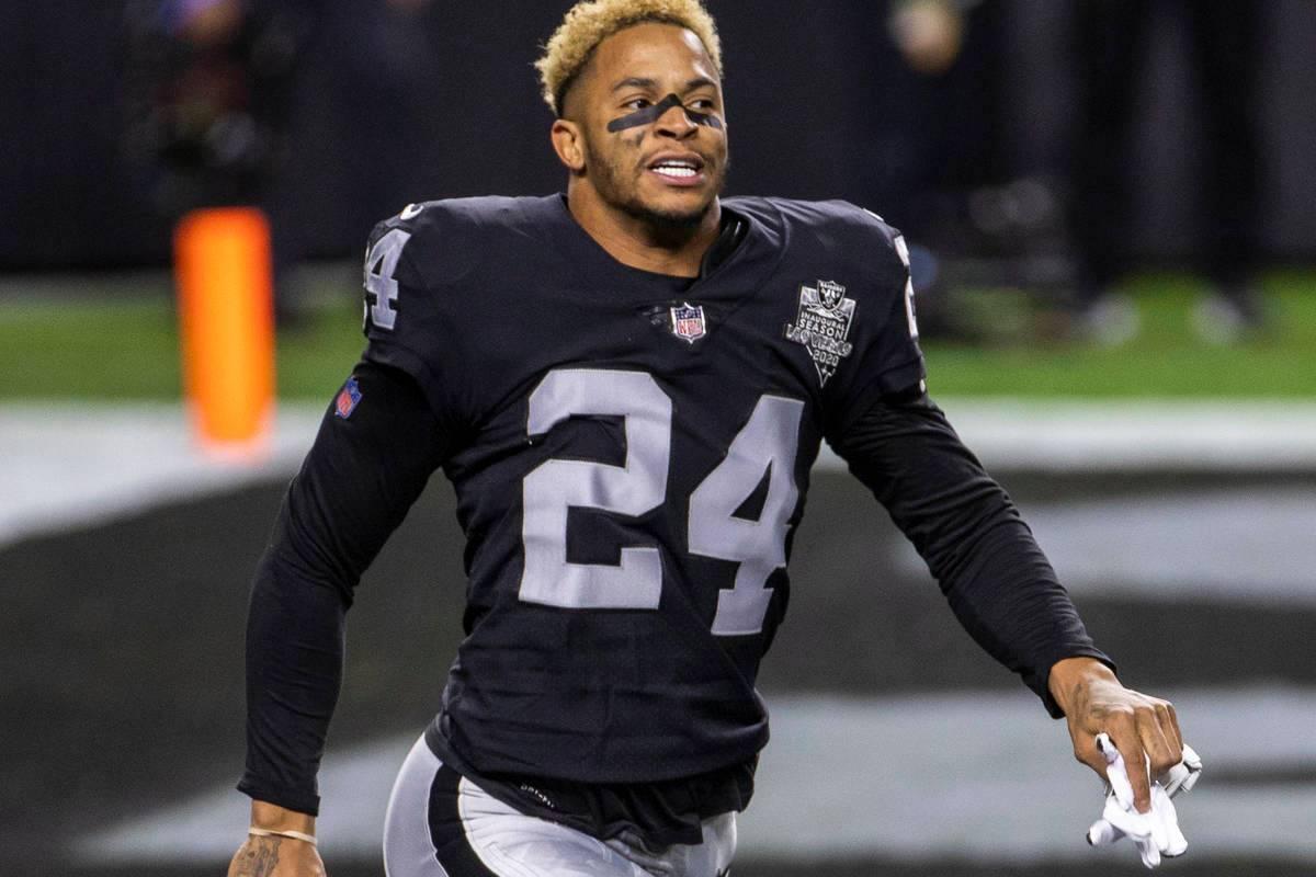 En esta foto de archivo, el jugador de Las Vegas Raiders, Johnathan Abram (24), sale corriendo ...