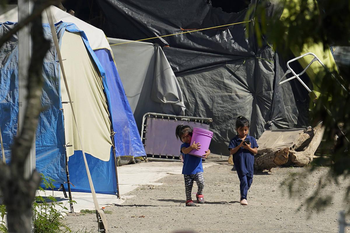 Niños caminan a través de un campamento de solicitantes de asilo atrapados en la puerta de Es ...