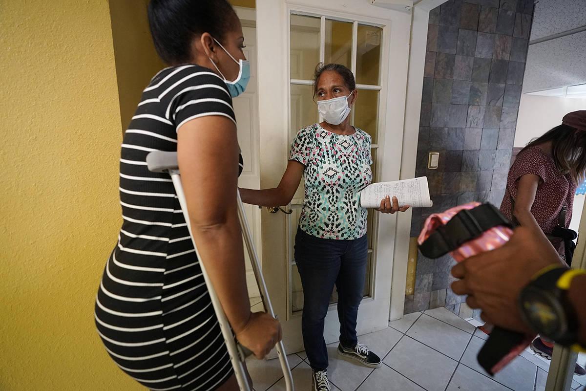 Mileydis Tamayo, a la derecha, una enfermera de Cuba que vive en México mientras busca asilo e ...