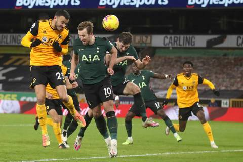 Romain Saiss, de Wolverhampton Wanderers, cabecea de izquierda y anota el primer gol del juego ...