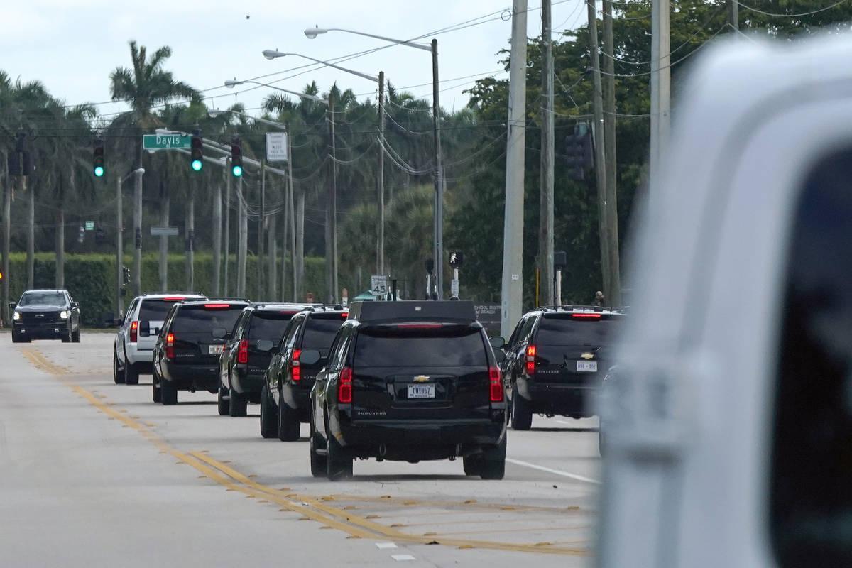 El presidente Donald Trump viaja en un vehículo de caravana al salir del Trump International G ...