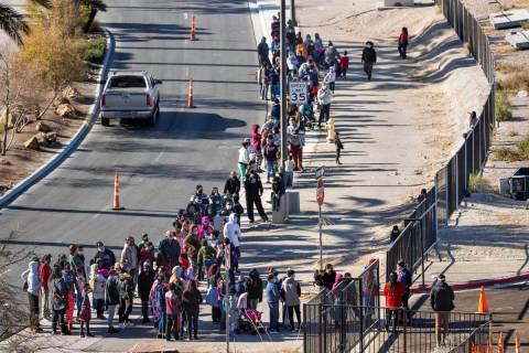 Gente hace fila para entrar mientras Las Vegas Rescue Mission lleva a cabo su recolecta de jugu ...