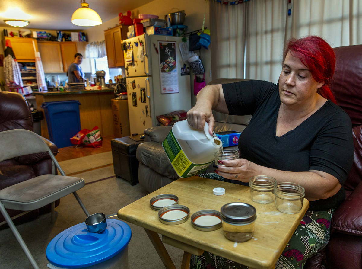 Veronica Coon hace tarros de cristal de aloe para una donación de alimentos con el COVID-19 Ba ...