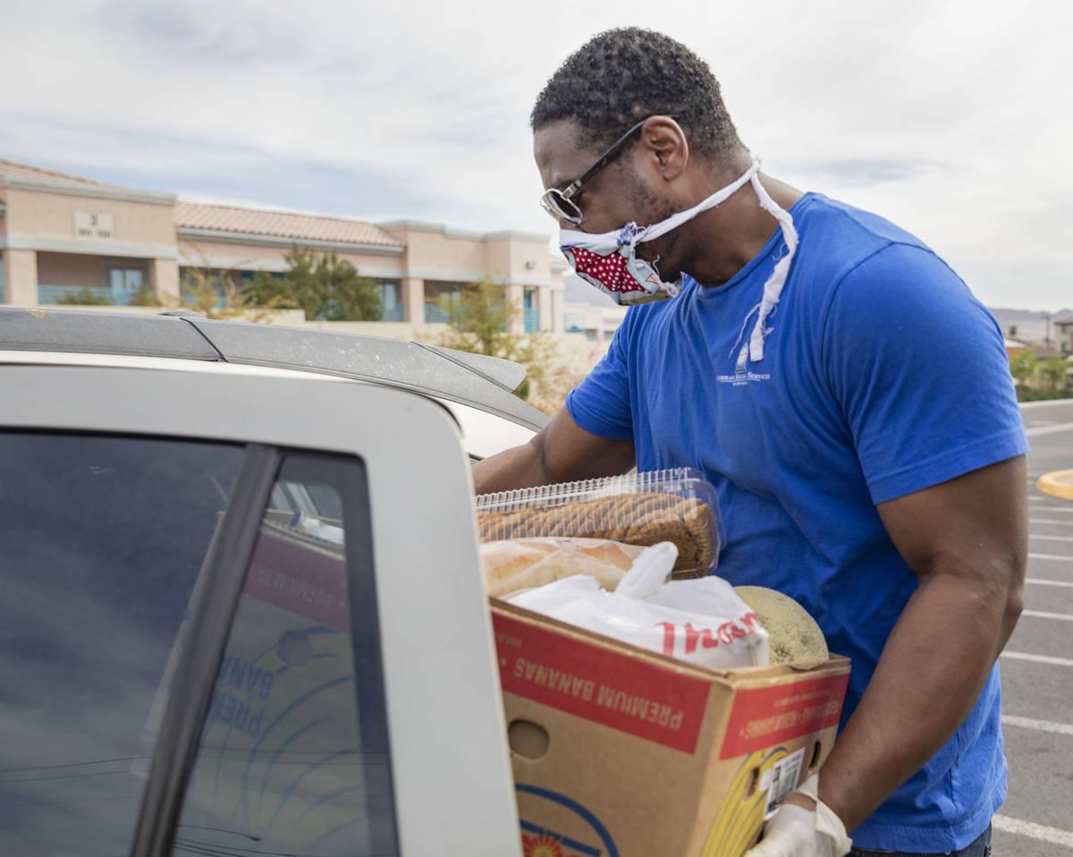 Raymond Watkins, administrador de casos de Lutheran Social Services of Nevada, carga un vehícu ...