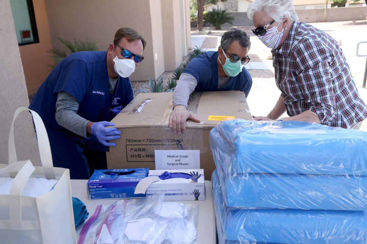 El doctor Daniel Burkhead, de izquierda a derecha, el doctor Nicholas Fiore y Denise Selleck, d ...