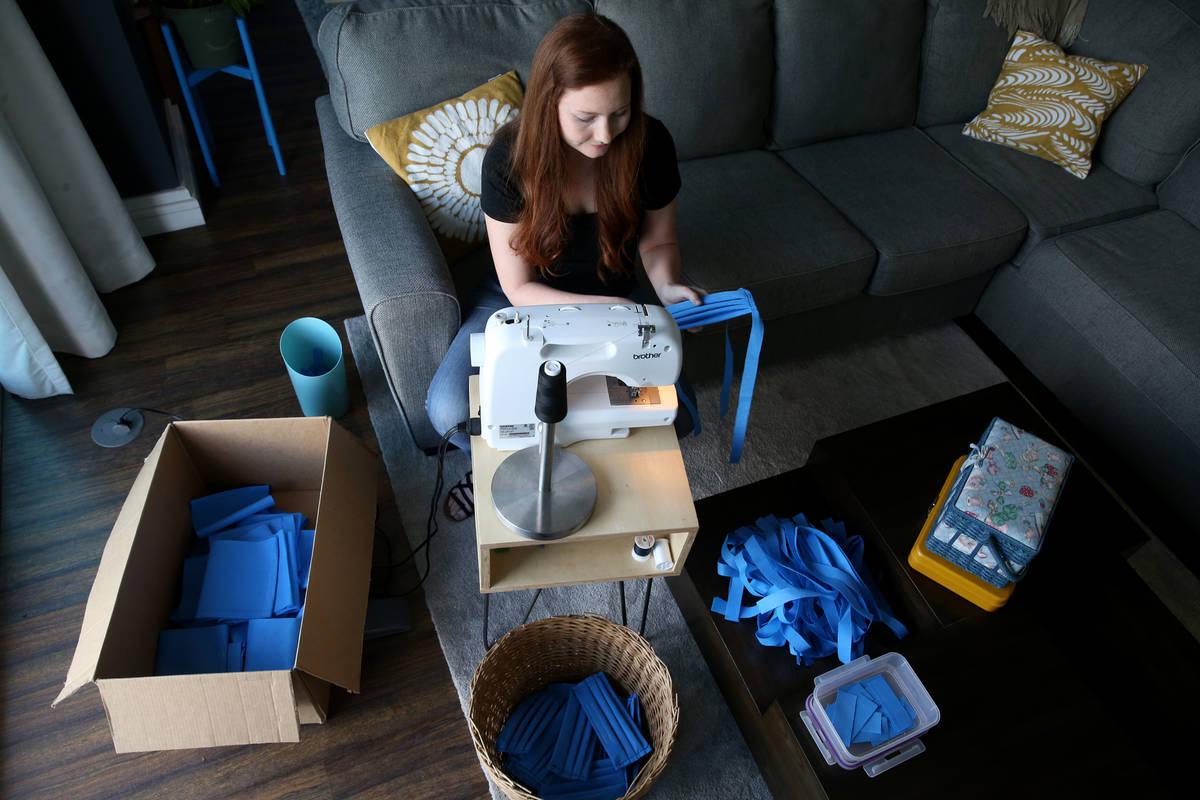 Heather Shaw, de 26 años, fabrica cubrebocas médicos como parte del Mask Task Force, una asoc ...