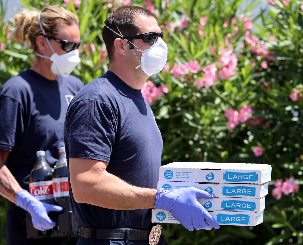 Bomberos de los departamentos de bomberos de Las Vegas, North Las Vegas y Clark County entregan ...