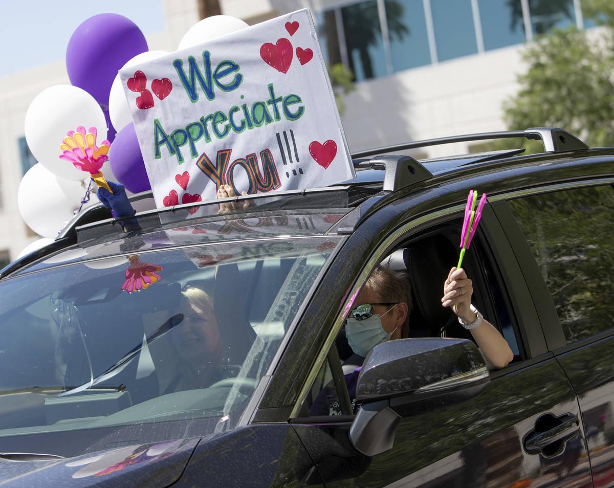 Vehículos pasan para agradecer a los médicos y enfermeras de Southwest Medical en abril. (Ell ...