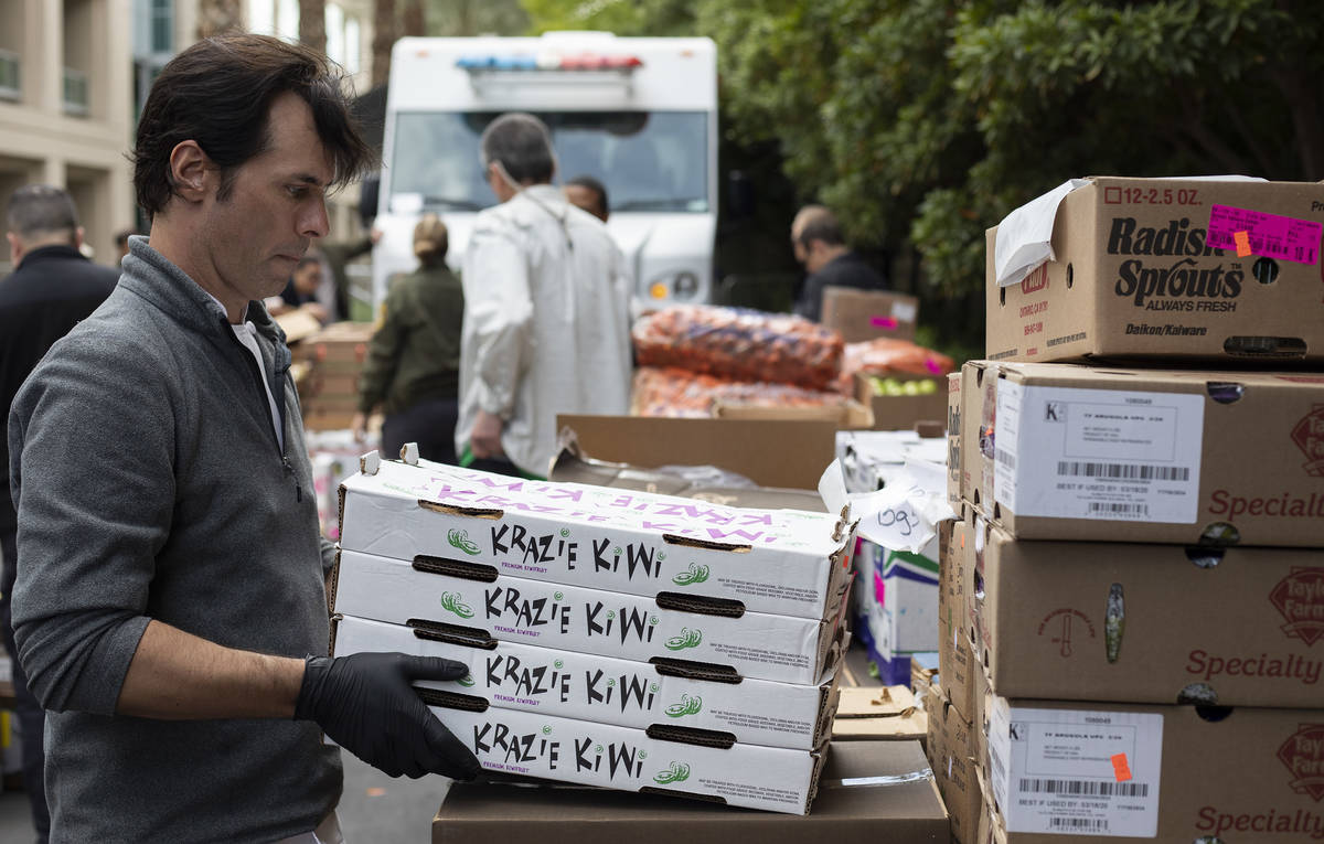 Anthony Amoroso, chef ejecutivo de MGM Resorts, descarga artículos para donar a los necesitado ...