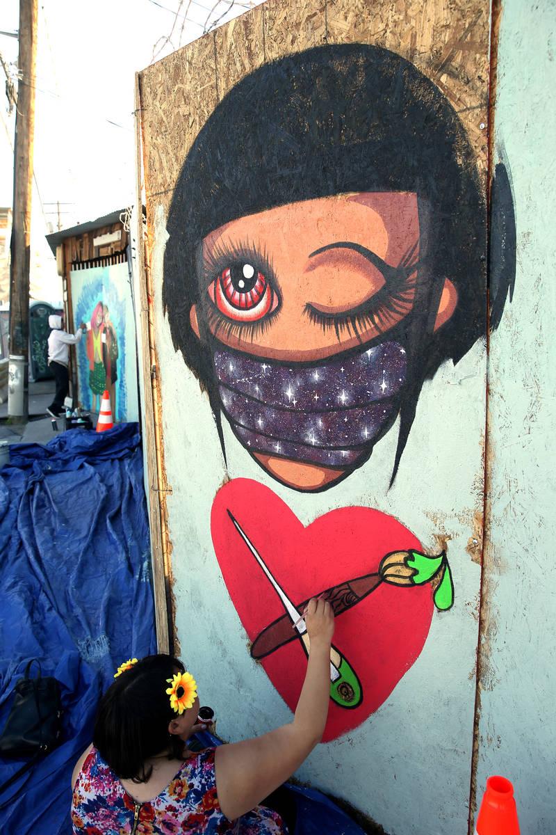 Los artistas Ashley Fox y Alexander Sky pintan murales en la entrada trasera del ReBar en Arts ...