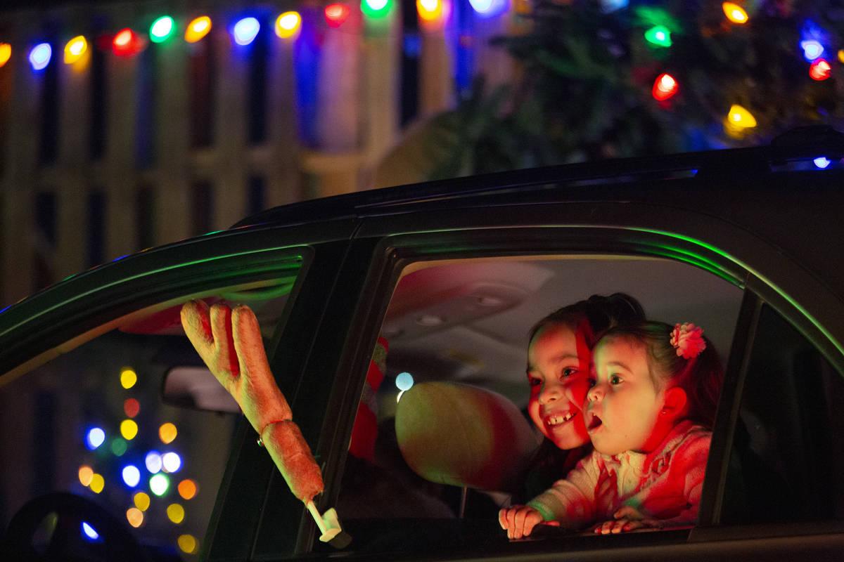 Jayleen Valenzuela, de 7 años, y Adonai Valenzuela, de 2, se maravillan con las decoraciones d ...