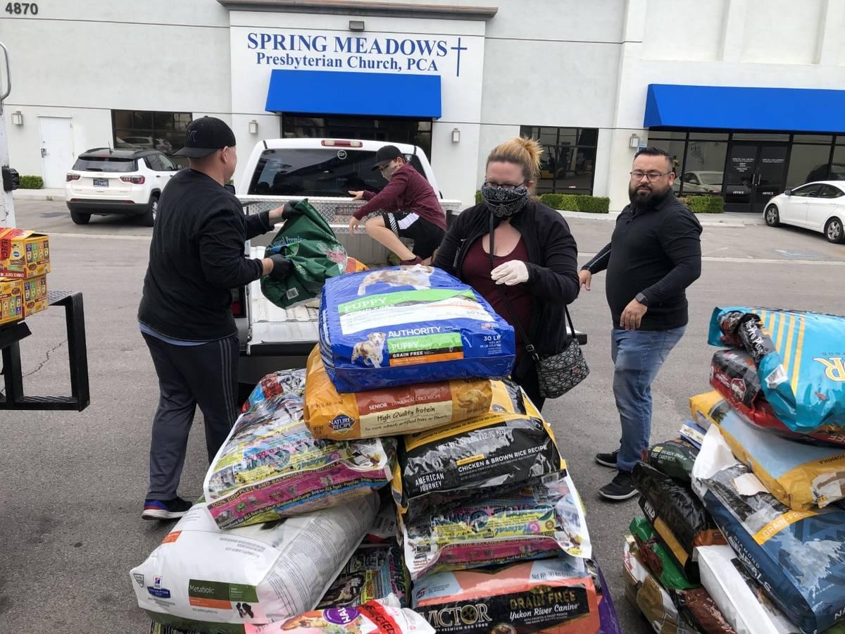 Hearts Alive Village amplió su banco de comida para mascotas Kendall's Kupboard para ayudar a ...