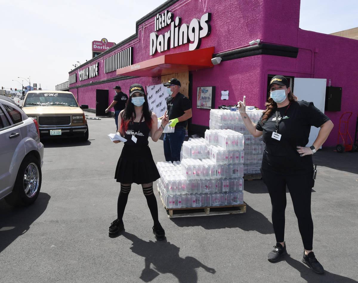 Littles Darlings regala cajas de agua embotellada cuando escaseaba en tiendas. (Little Darlings)